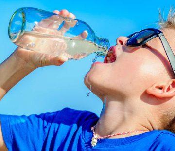 Junge trinkt STW-Wasser