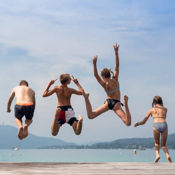 Jugendliche springen in den Wörthersee
